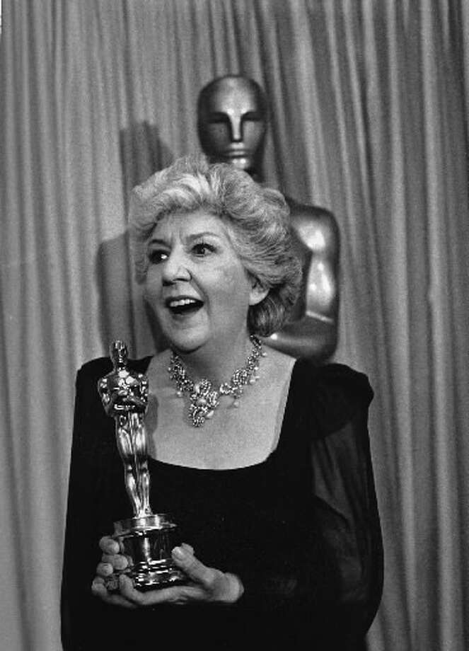 "Maureen Stapleton holds her Oscar for best performance by a supporting actress in ""Reds"" at the 54th annual Academy Awards in Los Angeles on March 30, 1982. (AP Photo)"