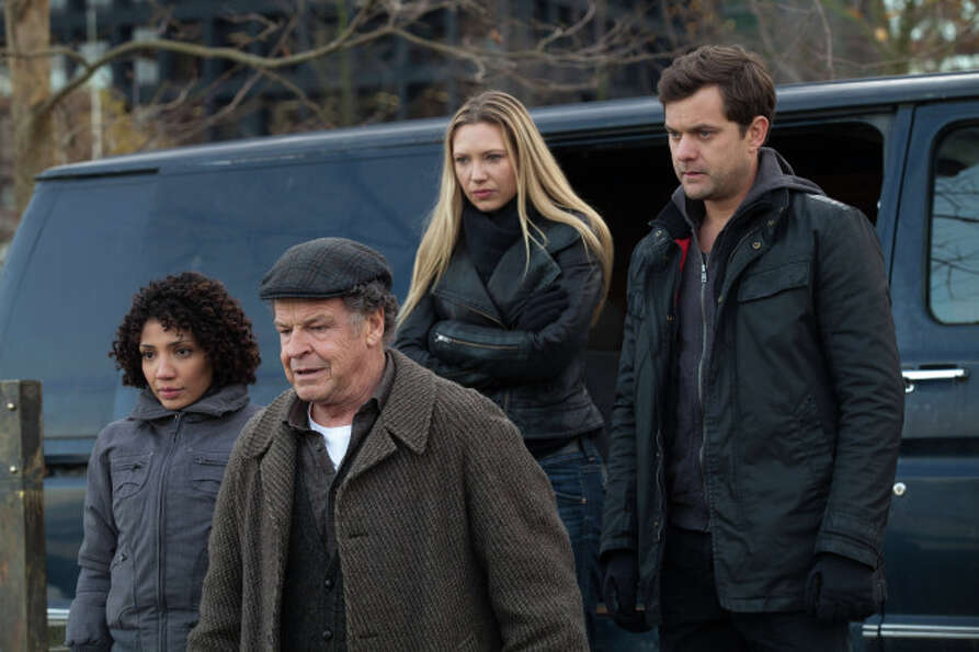 FRINGE: Astrid (Jasika Nicole,  L), Walter (John Noble, C), Olivia (Anna Torv, second from R) and Pe