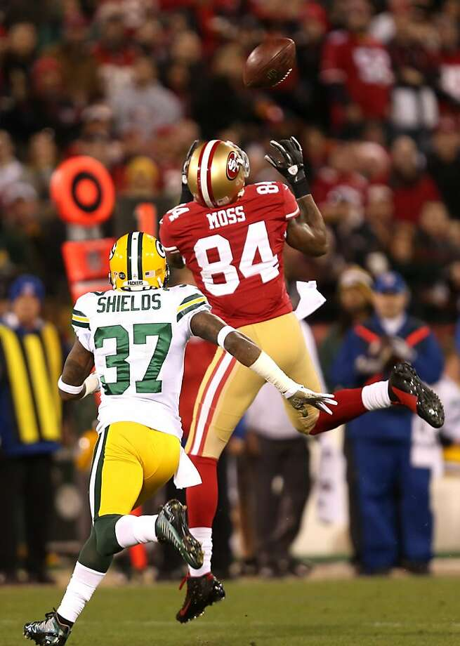 Randy Moss, making one of his two catches against the Packers, is valued for more than just his statistics. Photo: Michael Macor, The Chronicle