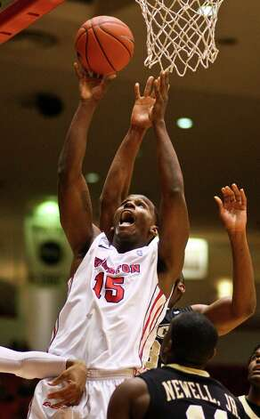 Houston forward Leon Gibson gets position on Central Forida's Keith Clanton for a layup during the first half. Photo: Nick De La Torre, Houston Chronicle / © 2013  Houston Chronicle