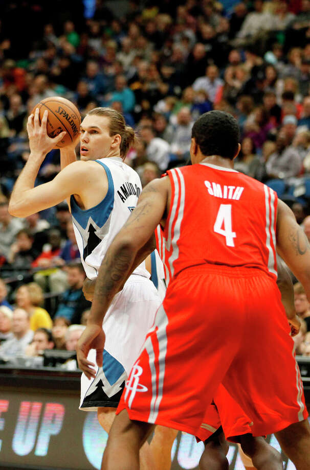 Timberwolves forward Lou Amundson, left, protects the ball against Greg Smith of the Rockets. Photo: Stacy Bengs, Associated Press / FR170489 AP