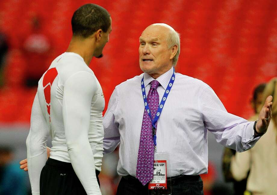 Colin Kaepernick talks with former quarterback and TV analyst Terry Bradshaw before the San Francisco 49ers take on the Atlanta Falcons in the NFC Championship game on Sunday Jan. 20,  2013,  at the Georgia Dome in Atlanta Ga. Photo: Michael Macor, The Chronicle / ONLINE_YES