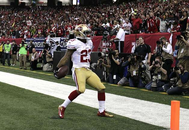 LaMichael James scores the 49ers' first touchdown on a 15-yard run in the second quarter. Photo: Carlos Avila Gonzalez, The Chronicle