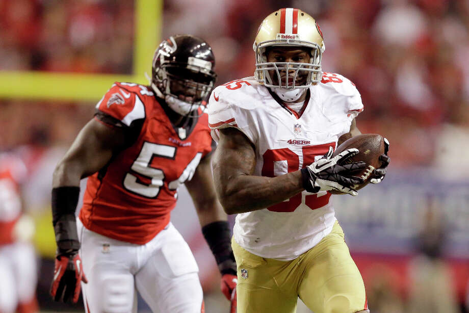 49ers tight end Vernon Davis runs after a catch in the second half. Photo: John Bazemore
