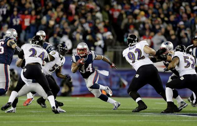 New England Patriots running back Shane Vereen (34) runs between Baltimore Ravens cornerback Corey Graham (24) and Ravens defensive end Haloti Ngata (92) during the first half of the NFL football AFC Championship football game in Foxborough, Mass., Sunday, Jan. 20, 2013. (AP Photo/Elise Amendola) Photo: Elise Amendola, Associated Press / AP
