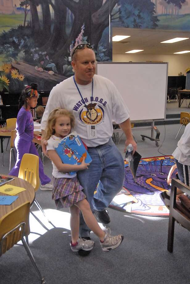 Nottingham Country Elementary Watch D.O.G.S. member Jeff Tootle helps his seven-year-old daughter Katie Tootle during a trip to the library. Photo:  Tony Bullard 2012, Freelance Photographer / © Tony Bullard & the Houston Chronicle