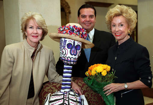 Diana Morehouse (from left), Henry Muñoz, guest speaker and Dee Ann Simpson, program chairwoman, attend the Military-Civilian Club luncheon on October 1, 2000. Photo: ANTHONY PADILLA, SAEN / SAEN