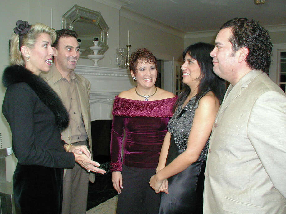 Liecie Hollis, Nick Hollis, vice chairman of Library Foundation, host Lisa Wong, Michele Serros, author/speaker, and Henry Muñoz, host, were at the home of Muñoz on Feb. 2, 2002, for the Literary Feast Fund-Raiser. Photo: LELAND A. OUTZ, SPECIAL TO THE EXPRESS-NEWS / SAN ANTONIO EXPRESS-NEWS