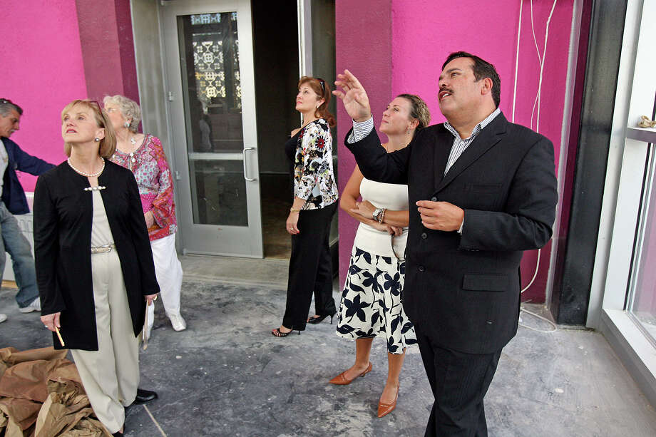 Henry Muñoz (right) shows a group of Museo Alameda planning committee members the facility on Sept. 14, 2006. Photo: TOM REEL, SAN ANTONIO EXPRESS-NEWS / SAN ANTONIO EXPRESS-NEWS