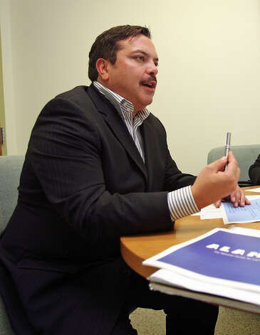 Henry Muñoz speaks at a planning meeting at the Alameda Theater on September 14, 2006.  Photo: TOM REEL, SAN ANTONIO EXPRESS-NEWS / SAN ANTONIO EXPRESS-NEWS