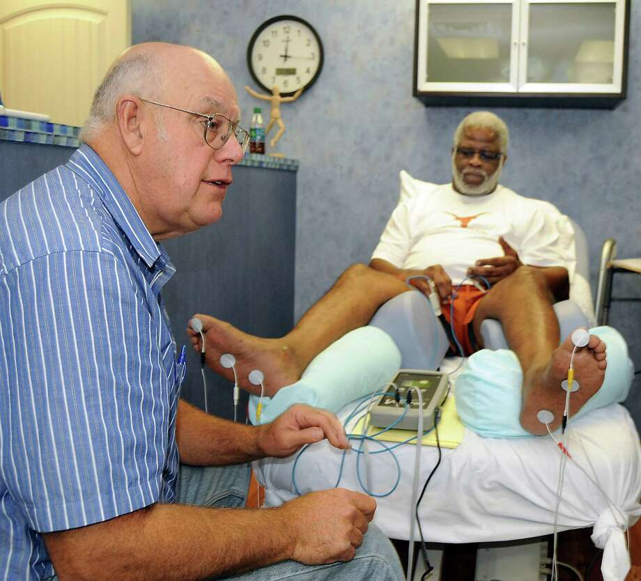 Dr. Donald Rhodes uses the VECTTOR machine on former Houston Oiler running back Earl Campbell to treat chronic pain associated with severe spinal stenosis. Photo: Dave Rossman, Freelance / © 2012 Dave Rossman