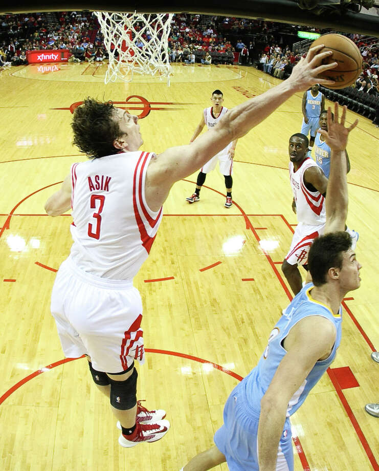 Rockets center Omer Asik (3) hustles to block a reverse lay up by Nuggets small forward Danilo Gallinari. Photo: Nick De La Torre, Houston Chronicle / © 2013  Houston Chronicle