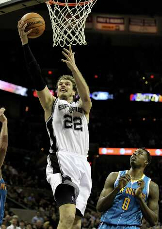 Spurs' Tiago Splitter (22) goes up for two against New Orleans Hornets' Al-Farouq Aminu (00) in the second half on Wednesday, Jan. 23, 2013. Spurs defeated the Hornets, 106-102. Photo: Kin Man Hui, San Antonio Express-News / © 2012 San Antonio Express-News