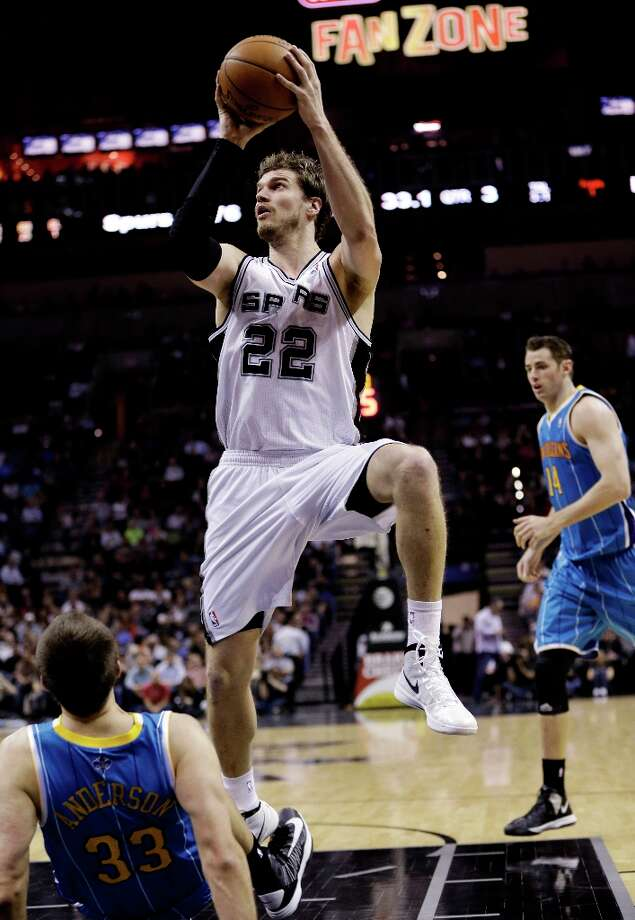 San Antonio Spurs' Tiago Splitter (22), of Brazil, shoots over New Orleans Hornets' Ryan Anderson (33) during the fourth quarter of an NBA basketball game, Wednesday, Jan. 23, 2013, in San Antonio. Photo: Eric Gay, Associated Press / AP