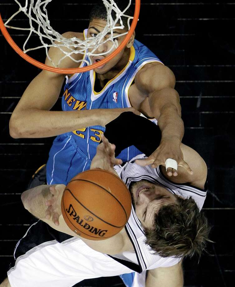 New Orleans Hornets' Anthony Davis (23) defends San Antonio Spurs' Tiago Splitter (22), of Brazil, during the first quarter of an NBA basketball game, Wednesday, Jan. 23, 2013, in San Antonio. Photo: Eric Gay, Associated Press / AP