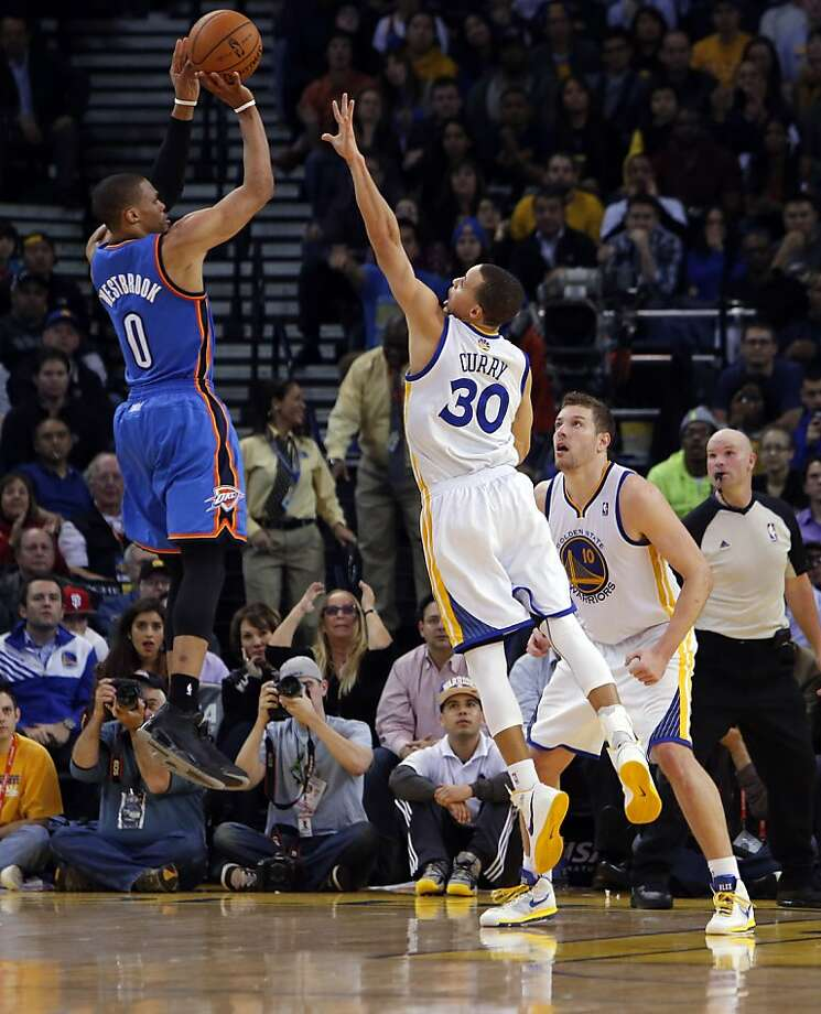 Stephen Curry tries to block a shot by Russell Westbrook in the second half. The Golden State Warriors played the Oklahoma City Thunder at Oracle Arena in Oakland, Calif., on Wednesday, January 23, 2013. Photo: Carlos Avila Gonzalez, The Chronicle