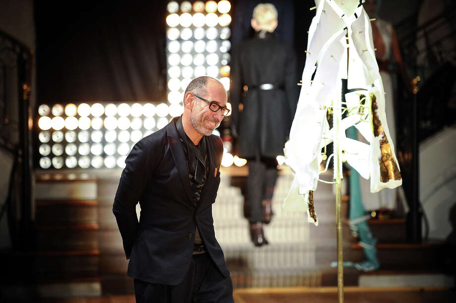 Fashion designer Gustavo Lins acknowledges applause from the audience after his Spring/Summer 2013 Haute Couture fashion collection, in Paris, Tuesday, Jan. 22, 2013. Photo: Zacharie Scheurer, ASSOCIATED PRESS / AP2013