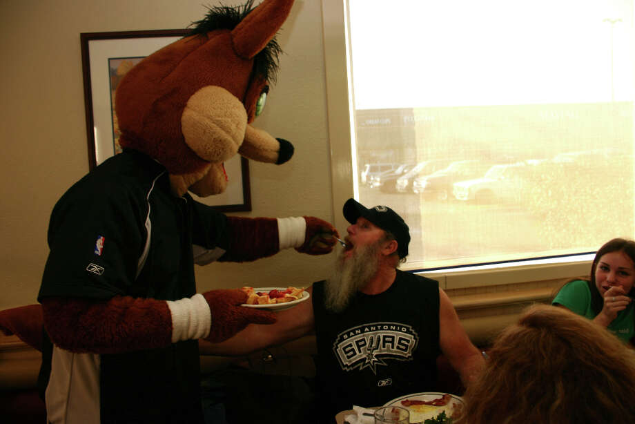 Allen Wann gets a special treat from the Coyote at IHOP on Jan. 26, 2005. Photo: RAÚL A. FLORES, CONEXION / CONEXION