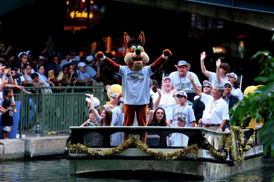 Never one to shy away from the limelight, the Coyote takes part in the 2007 victory parade. Photo: EDWARD A. ORNELAS, SAN ANTONIO EXPRESS-NEWS / SAN ANTONIO EXPRESS-NEWS