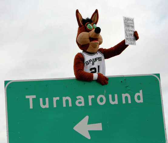 Looking for a turnaround season, the Coyote gets Sunday drivers stoked for the 2009 Spurs season, giving away promotional items as people buy the Express-News at Highway 281 and 1604. Photo: J. MICHAEL SHORT, SPECIAL TO THE EXPRESS-NEWS / THE SAN ANTONIO EXPRESS-NEWS