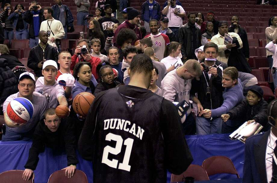 Spurs' All-Star forward Tim Duncan draws a crowd while signing autographs prior to a team practice at the Union Center in Philadephia on Saturday, Feb. 9, 2002. Photo: KIN MAN HUI, SAN ANTONIO EXPRESS-NEWS / SAN ANTONIO EXPRESS-NEWS