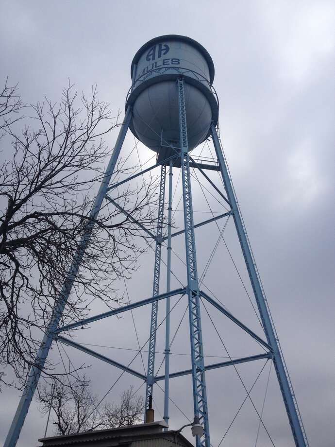 "The ""Tin Man"" water tower in Alamo Heights will be dismantled Monday. Photo: Sarah Tressler/Express-News"