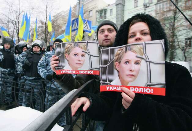 Supporters of former Ukrainian Prime Minister Yulia Tymoshenko take part in a rally outside Ukraine's Presidential office in Kiev, Ukraine, Monday. Last week, Ukrainian authorities stepped up their legal campaign against Tymoshenko, accusing her of organizing the murder of a businessman nearly 20 years ago. Photo: AP