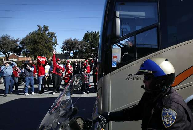 Fans cheer as buses carrying the 49ers leave their practice facility in Santa Clara, Calif., Sunday, January 27, 2013, for New Orleans and the Super Bowl. Photo: Sarah Rice, Special To The Chronicle