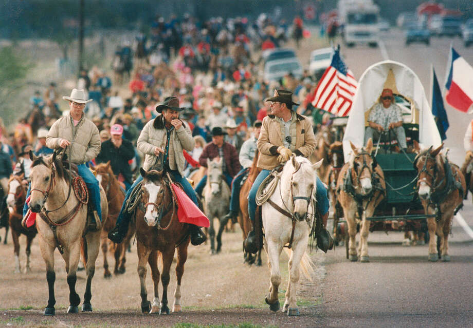 Scouts for the South Texas Trail Riders lead some 300 riders up U.S. 181 on Feb. 1, 1992, on their way to the San Antonio Stock Show & Rodeo. Photo: San Antonio Express-News File Photo