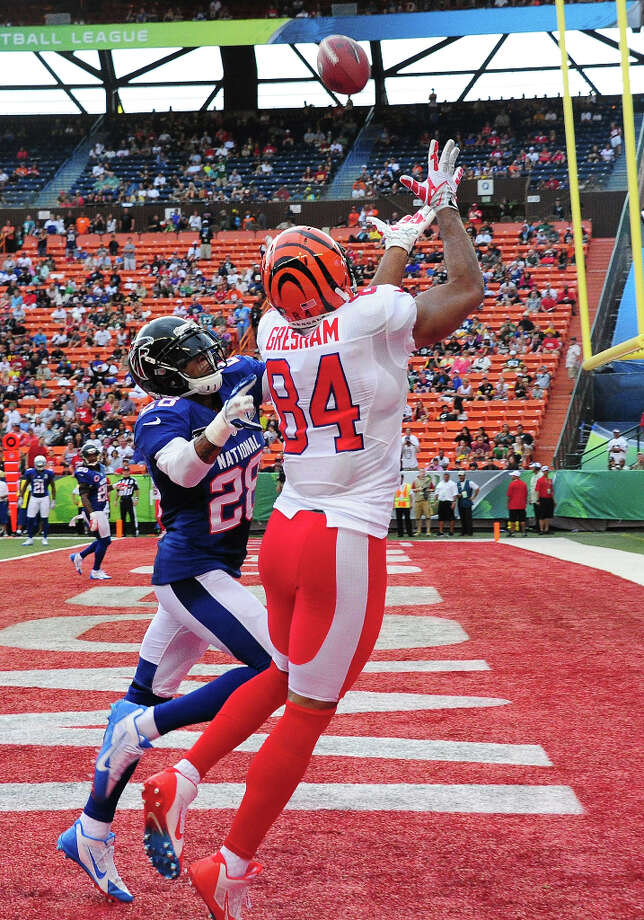 Jermaine Gresham #84 of the Bengals goes up for a pass against Thomas DeCoud #28 of the Falcons. Photo: Scott Cunningham, Getty Images / 2013 Getty Images
