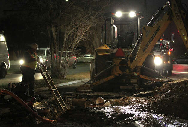 A San Antonio Water System crew works to repair a water main break Monday January 28, 2013  on the eastbound lane of Woodlawn near North Flores street after the pipe ruptured early Monday morning. The eastbound lane of Woodlawn near Flores will remain closed until the repairs are completed. Photo: JOHN DAVENPORT, San Antonio Express-News / ©San Antonio Express-News/Photo Can Be Sold to the Public