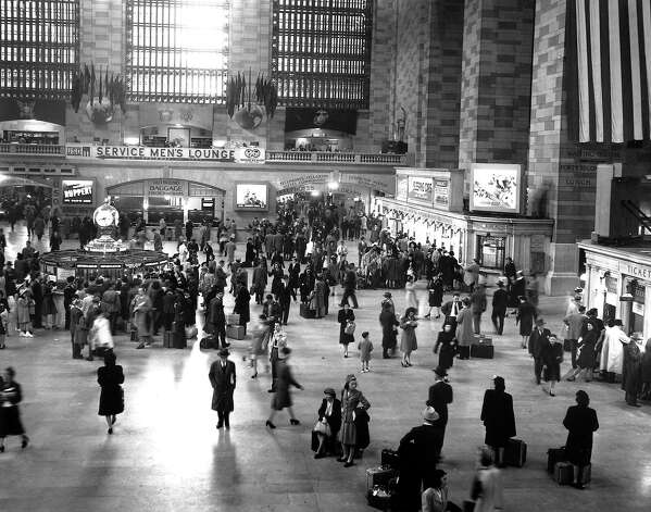 New York's Grand Central Terminal bustles with commuters on in 1946. Photo: AP / 1946 AP