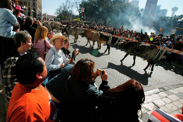 People line Houston Street in '08 as longhorns are driven to near the Alamo. Photo: BAHRAM MARK SOBHANI, SAN ANTONIO EXPRESS NEWS / SAN ANTONIO EXPRESS NEWS