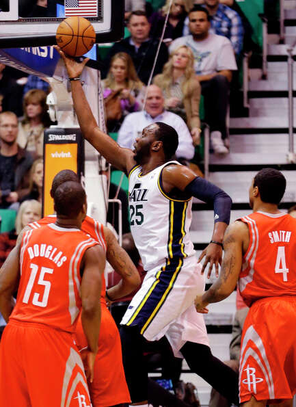 Jazz center Al Jefferson scores two points against the Rockets.