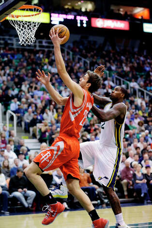 Rockets forward Chandler Parsons makes a layup over Marvin Williams of the Jazz. Photo: Rick Bowmer