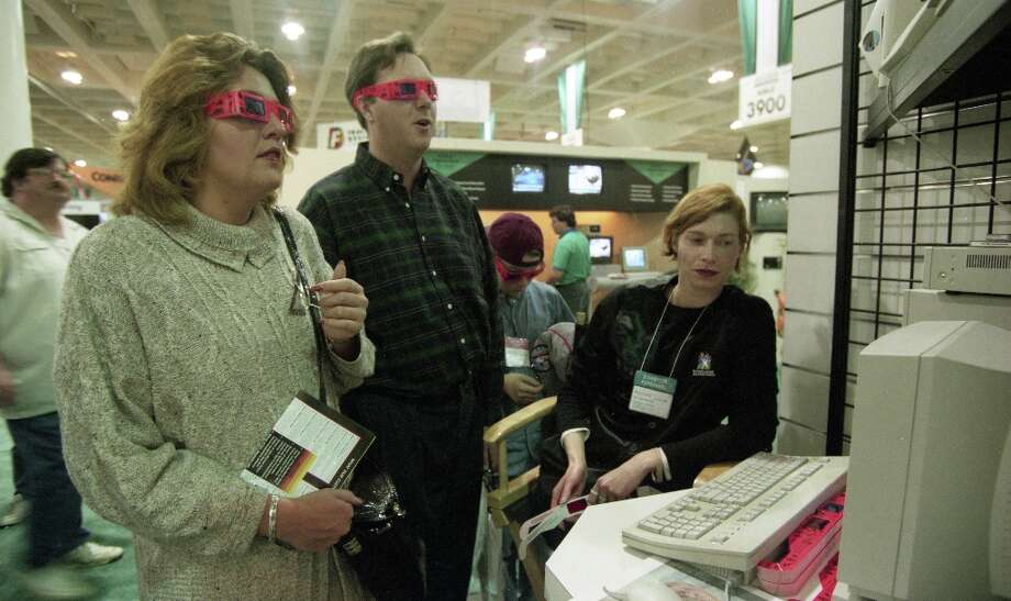 3-D isn't just a gimmick used by Hollywood in the 2010s, it was also a gimmick used at Macworld in 1995. Photo: Mike Maloney, The Chronicle / SFC