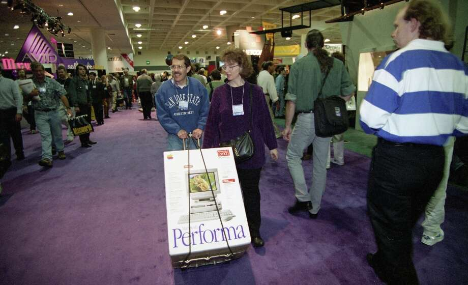 Leonard and Debbie Roudman are the proud owners of a new Apple Performa at Macworld 1996. They'll be less proud in a couple years. Photo: Chris Stewart, The Chronicle / SFC