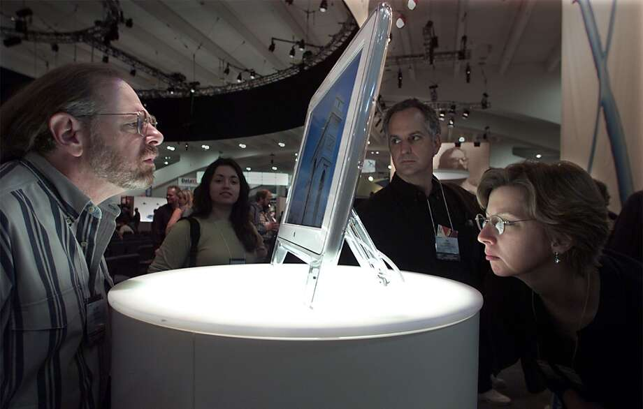 At Macworld 2000, fans ogle a Mac display. Photo: MICHAEL MALONEY