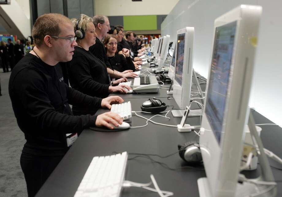The iMac is so powerful, it turned conference-goers into clones at Macworld 2006. Photo: PAUL SAKUMA, AP / AP