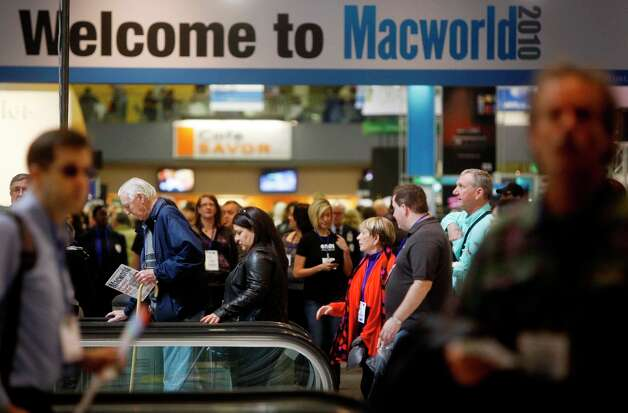 Crowds continue to flood Macworld in 2010 despite Apple officially pulling out after the 2009 expo. Photo: Mike Kepka, The Chronicle / SFC