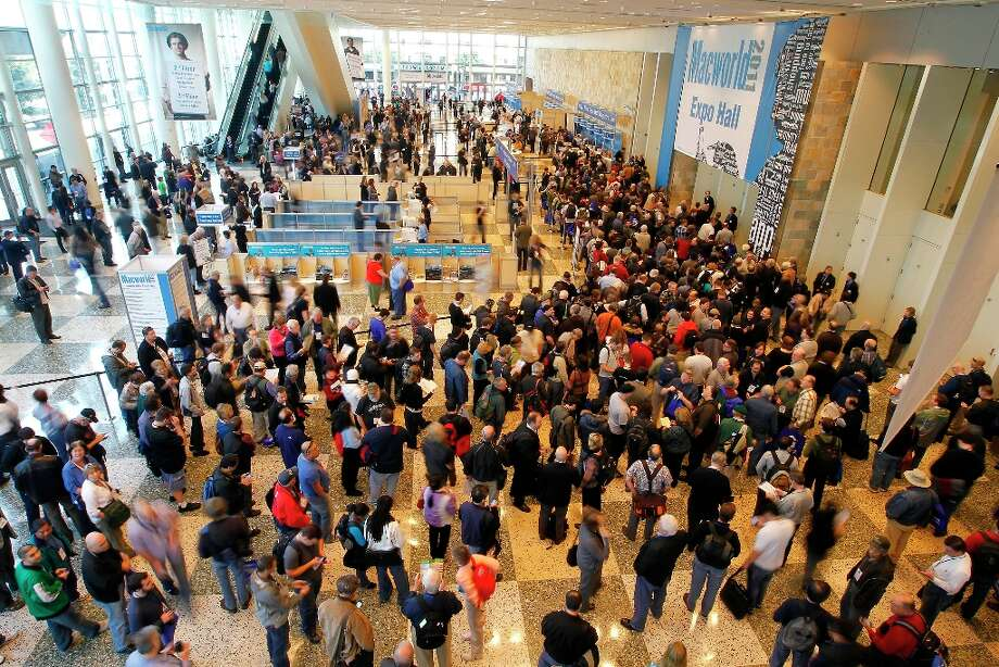 Macworld 2011 proved the expo has crowd-gathering power, even after 25 years. Photo: Tony Avelar, Bloomberg / ONLINE_YES
