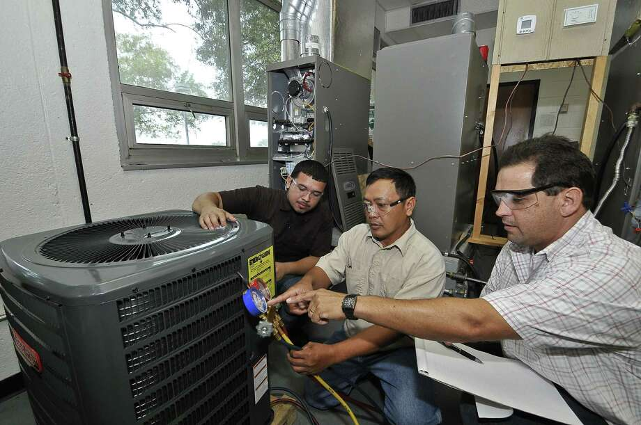 San Jacinto College HVACR students get hands-on experience in the school?s labs.