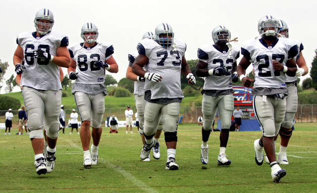 Dallas Cowboys veteran player Larry Allen (#73) works out with the whole team for the first time Monday afternoon Aug. 1, 2005 during the third day of training camp in Oxnard, Calif. (WILLIAM LUTHER/STAFF) Photo: WILLIAM LUTHER, Express-News / SAN ANTONIO EXPRESS-NEWS