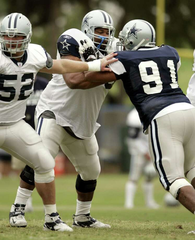 Dallas Cowboys guard Larry Allen, center, Al Johnson (52) and Leonardo Carson (91) participate in drills during afternoon practice at trraining camp Monday, Aug. 1, 2005, in Oxnard, Calif.   (AP Photo/Tony Gutierrez) Photo: TONY GUTIERREZ, Associated Press / AP