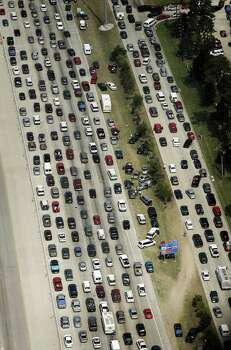 KRT US NEWS STORY SLUGGED: WEA-RITA KRT PHOTOGRAPH BY RALPH LAUER/FORT WORTH STAR-TELEGRAM (DALLAS OUT) (September 22) HOUSTON, TX -- Stranded motorists on the shoulder of Interstate 45 sit next to vehicles stuck in seven lanes of northbound traffic as Houston residents flee the city on Thursday afternoon, September 22, 2005 before Hurricane Rita arrives. (mvw) 2005 Photo: RALPH LAUER, MBR / FORT WORTH STAR-TELEGRAM