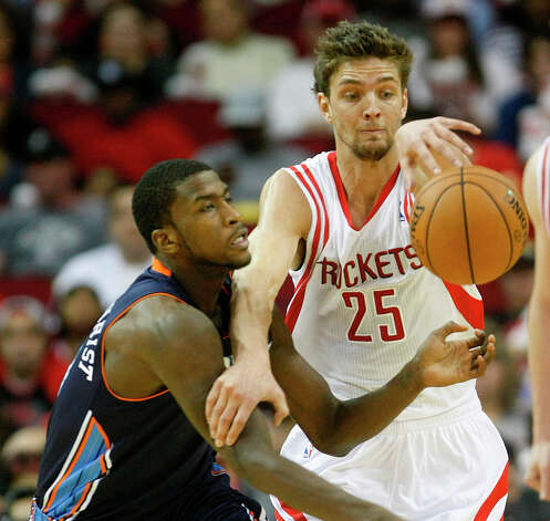 Chandler Parsons (25) steals the ball from Michael Kidd-Gilchrist (14). Photo: Nick De La Torre, Chronicle / © 2010 Houston Chronicle