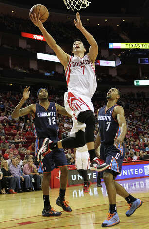 Jeremy Lin (7) drives in on the Bobcats for a lay up. Photo: Nick De La Torre, Chronicle / © 2010 Houston Chronicle
