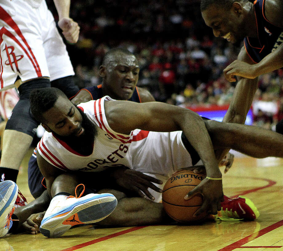 James Harden (13) struggles to keep possession of a loose ball. Photo: Nick De La Torre, Chronicle / © 2010 Houston Chronicle