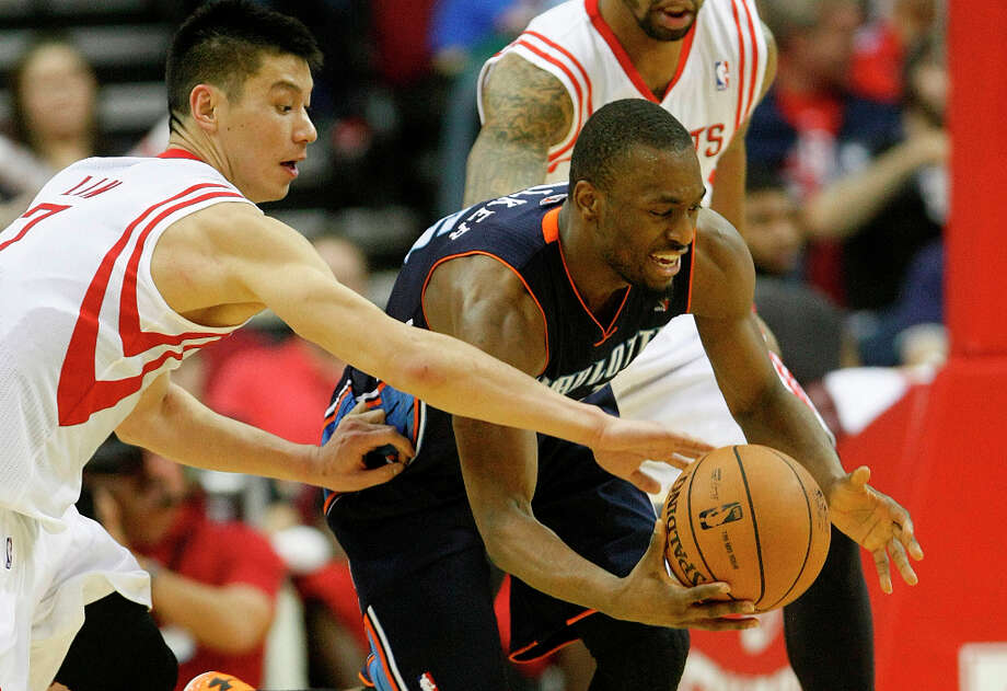 Jeremy Lin (7) tries to steal the ball from Kemba Walker. Photo: Nick De La Torre, Chronicle / © 2010 Houston Chronicle