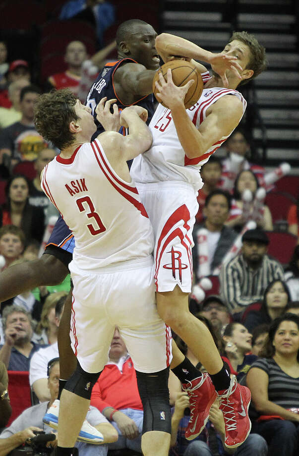 Omer Asik (3) and Chandler Parsons (25) out hustle Bismack Biyombo (0) for a rebound. Photo: Nick De La Torre, Chronicle / © 2010 Houston Chronicle